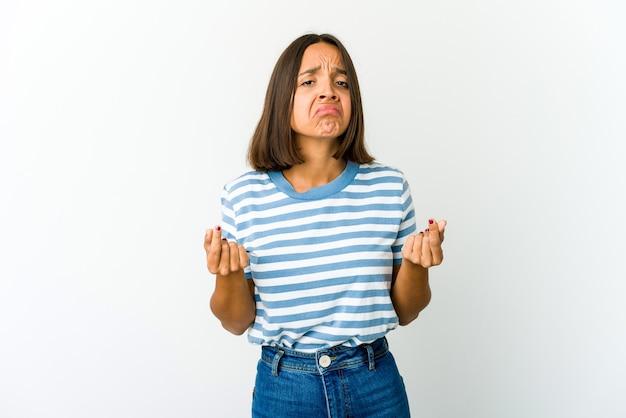Молодая женщина смешанной расы показывает, что у нее нет денег.