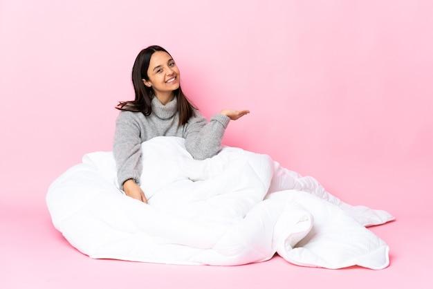 床に座ってパジャマを着た若い混血女性
