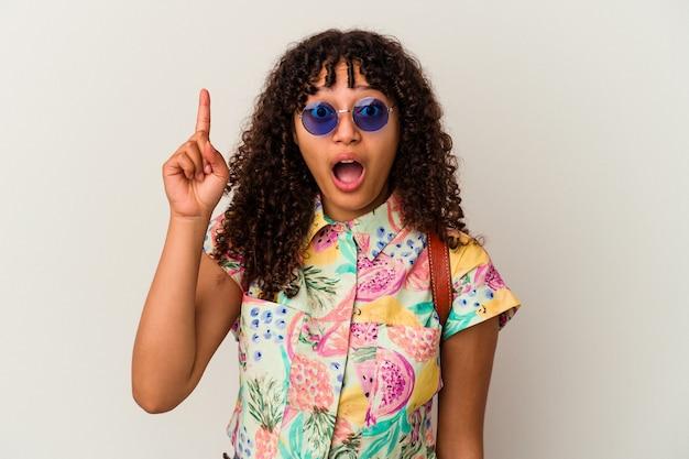 アイデア、インスピレーションの概念を持って孤立した休暇を取るサングラスを着ている若い混血の女性。