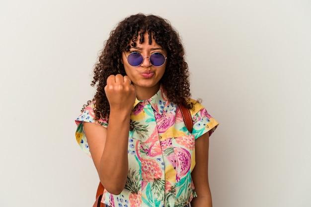 カメラに拳、攻撃的な表情を見せて孤立した休暇を取るサングラスをかけている若い混血の女性。