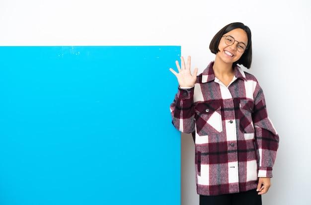 큰 파란색 현수막을 가진 젊은 혼합 된 인종 여자는 손가락으로 5 세 절연