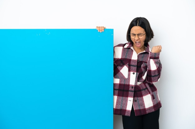 勝利を祝う白い背景で隔離の大きな青いプラカードを持つ若い混血の女性