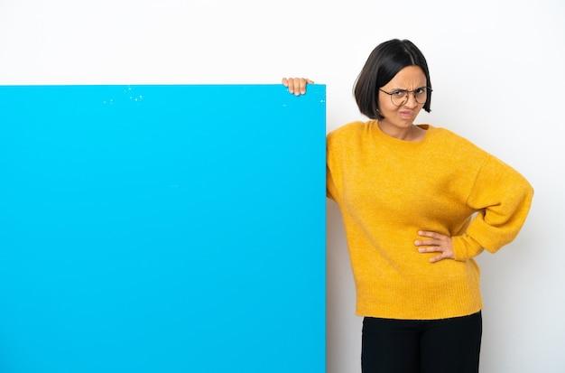 動揺を感じて白い背景で隔離の大きな青いプラカードを持つ若い混血の女性