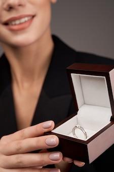 高価な指輪を示す若いモデル