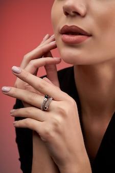비싼 반지를 보여주는 젊은 모델