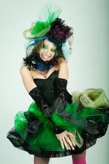 創造的なメイクアップのカーニバルドレスの若いモデル。ドールスタイル。
