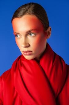 창의적인 메이크업으로 젊은 모델