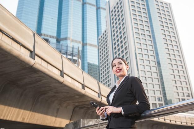電話で若い現代ビジネス女性
