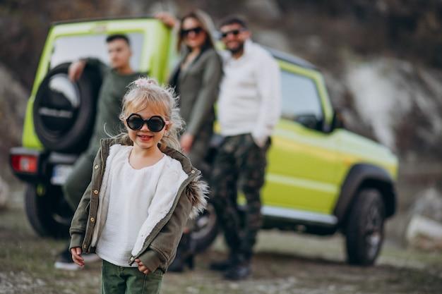 젊은 현대 가족은 자동차로 여행하고 공원에서 산책 중지