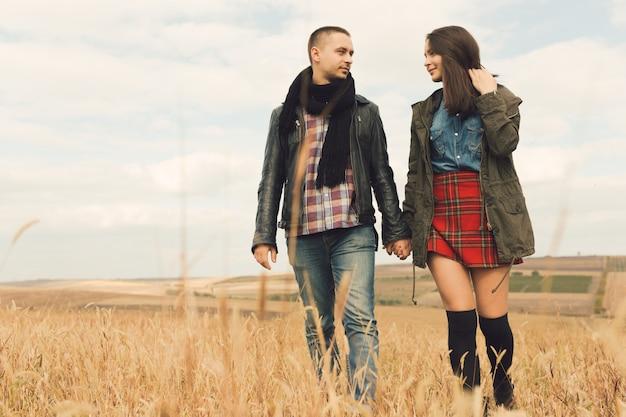 Молодая современная стильная пара на открытом воздухе