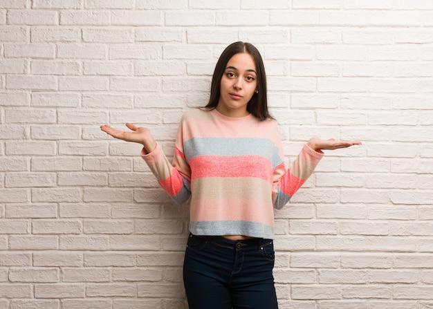 若い現代女性を疑い、肩をすくめる