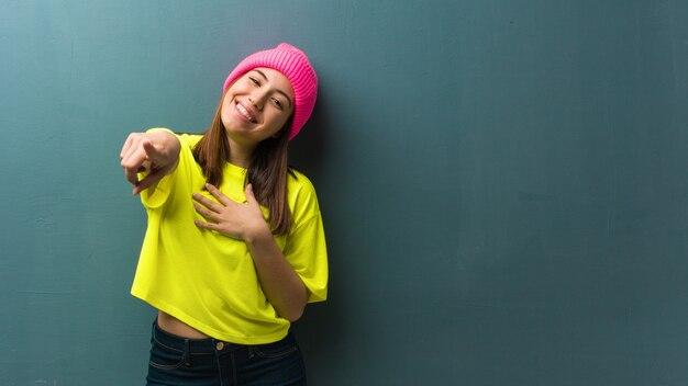 若い現代女性は目標と目的を達成することを夢見ています