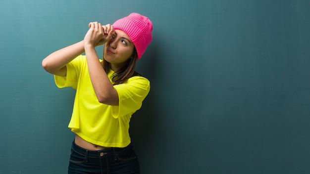 スパイグラスのジェスチャーを作る若い現代女性