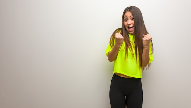 Молодая современная женщина удивлена и шокирована