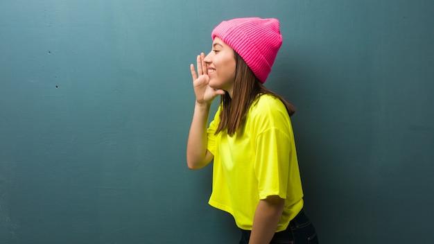 Молодая современная женщина шепчет сплетни подтекст