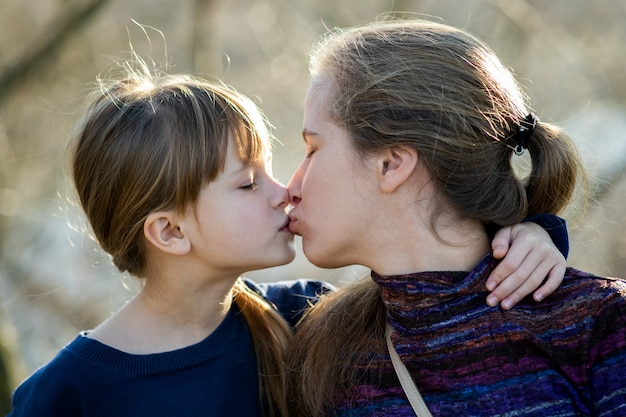 若いお母さんと彼女の娘が一緒にアウトドア。