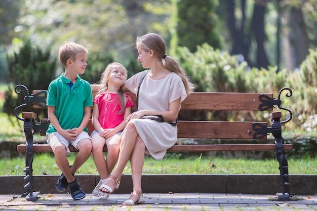若いお母さんと彼女の息子と娘が一緒にアウトドア。