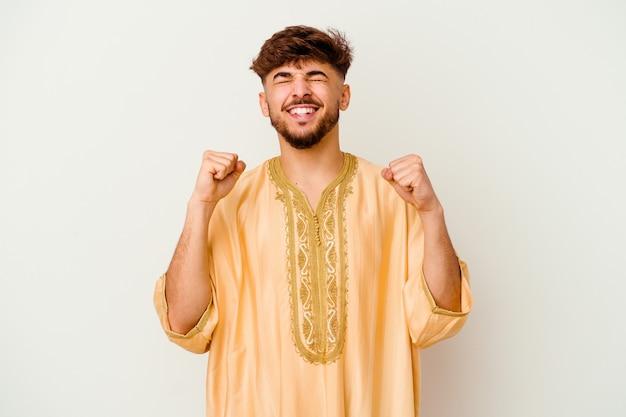 승리, 열정과 열정, 행복 한 식을 축 하하는 흰색에 고립 된 젊은 모로코 남자.
