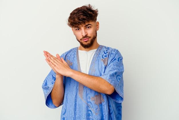 흰색에 고립 된 젊은 모로코 남자 정력적이고 편안한 느낌, 손을 문지르고 자신감.