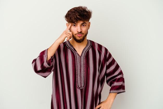 생각, 작업에 초점을 맞춘 손가락으로 사원을 가리키는 흰색에 고립 된 젊은 모로코 남자.