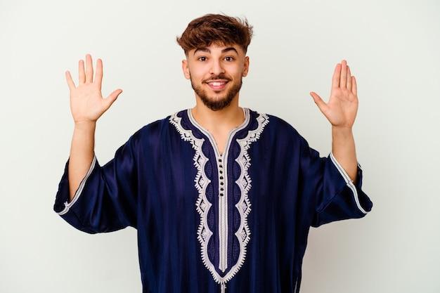 즐거운 놀라움을 받고 흥분하고 손을 올리는 흰색에 고립 된 젊은 모로코 남자.