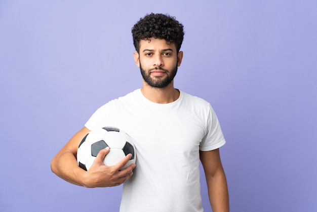 Молодой марокканский мужчина изолирован с футбольным мячом