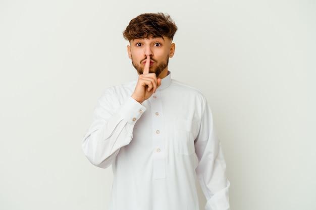 秘密を守る、または沈黙を求める典型的なアラブの服を着ている若いモロッコ人。