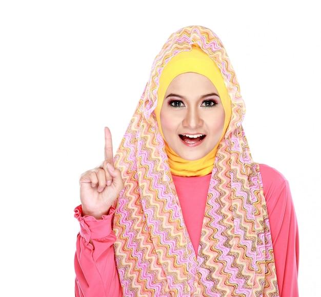 Молодая мусульманка указывая