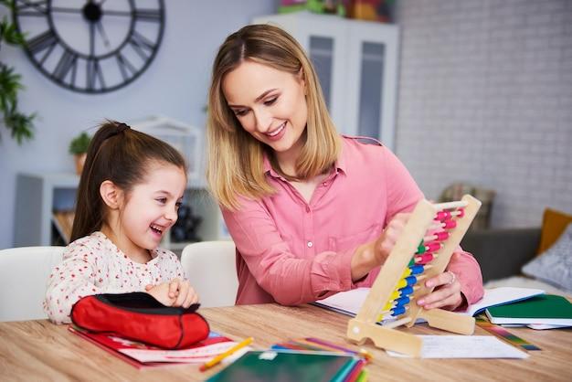 Молодая мать и ребенок учатся дома