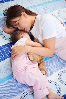 若い母親と娘は眠りに落ちた