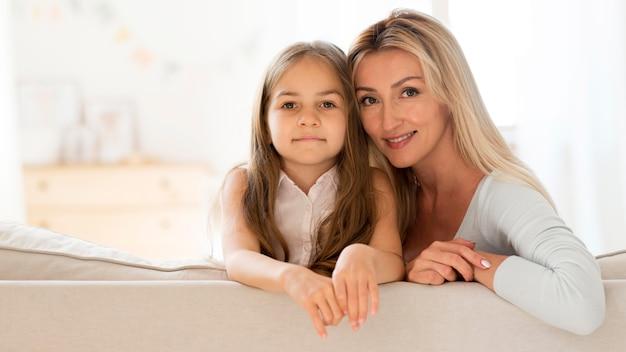 一緒にポーズをとる若い母と娘