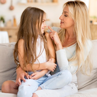 家で一緒に時間を過ごす若い母と娘