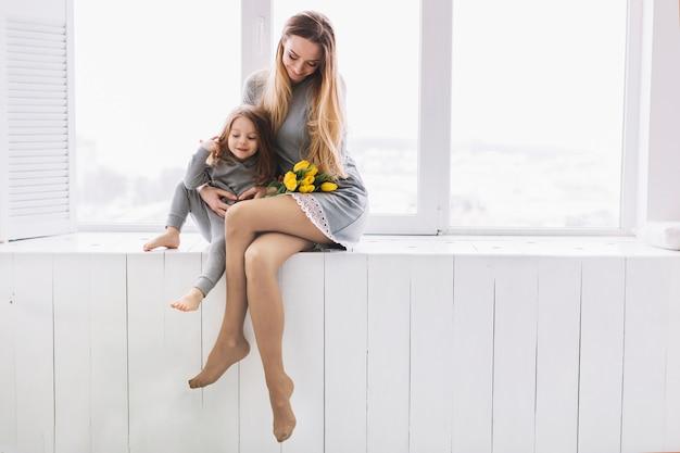 Молодая мать и дочь