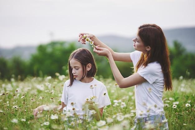 Молодая мама и ее маленькая на лугу