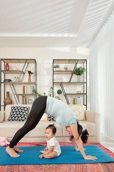 Молодая мать, тренирующаяся дома