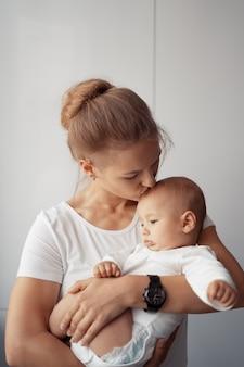 Молодая мама развлекается с ребенком дома