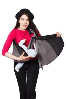 若い母親は、リングスリングベビーキャリアとのラッププロセス中に問題を抱えています