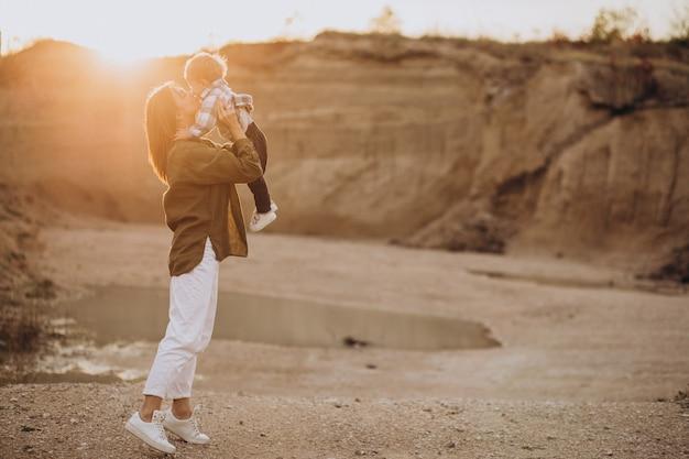 Молодая мать весело с маленьким сыном