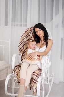 Молодая мать с ребенком на руках