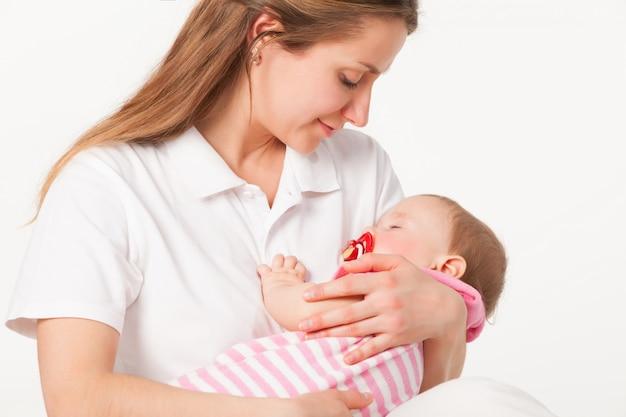 Молодая мама держит маленькую девочку