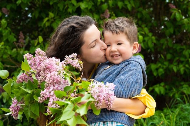 若い母親が赤ちゃんにキスをします。