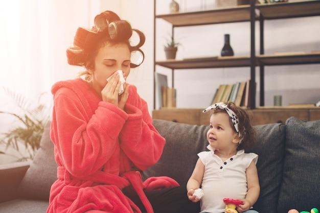 古い若い母親は産後うつ病を経験しています。産後うつ病の悲しくて疲れた女性