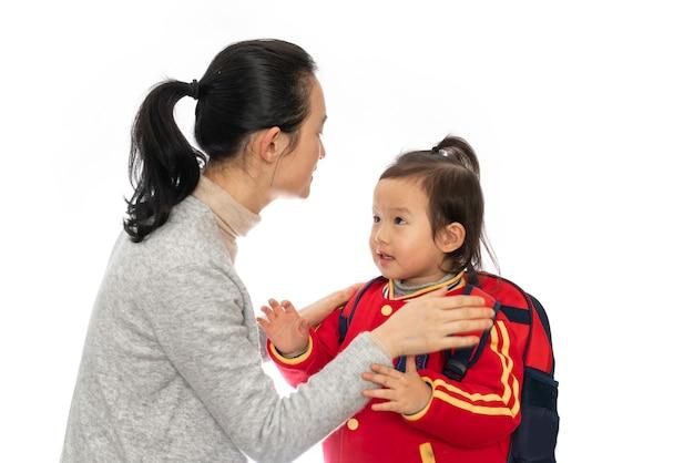 若い母親が娘を幼稚園に送る