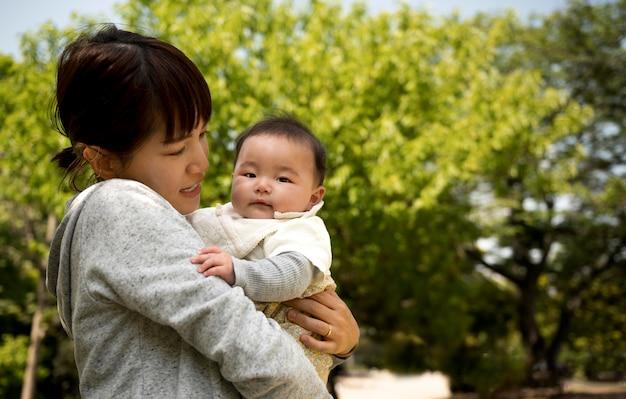 Молодая мать проводит время со своим ребенком
