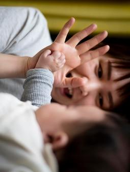 Молодая мать проводит время со своим ребенком Бесплатные Фотографии