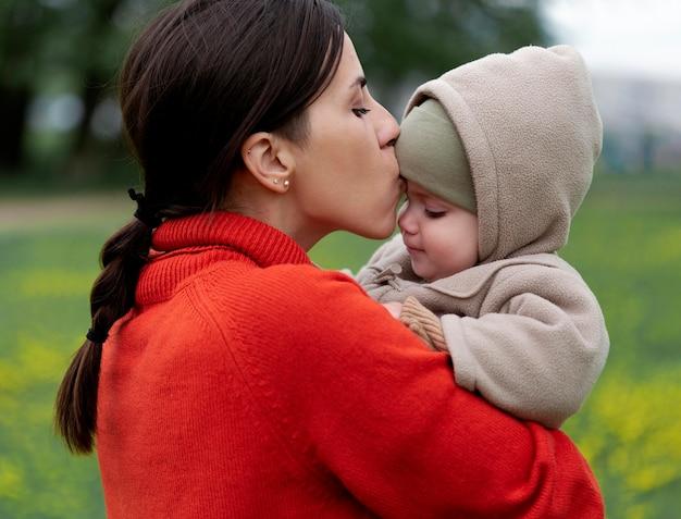 娘と過ごす若い母親