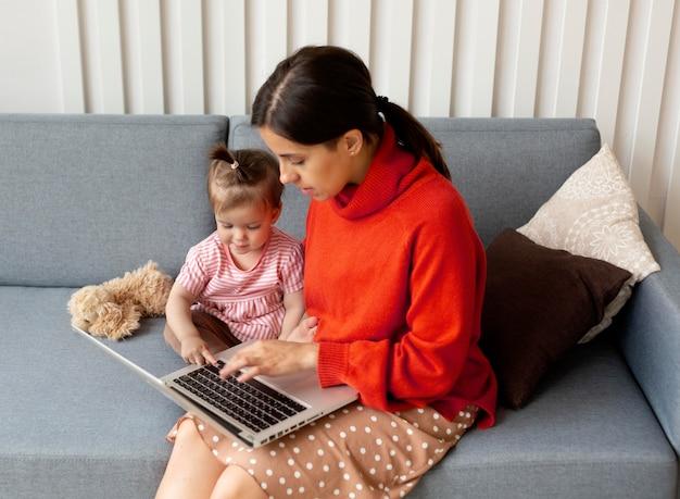 그녀의 딸과 함께 시간을 보내는 젊은 어머니