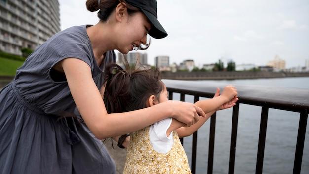 Giovane madre che trascorre del tempo con sua figlia