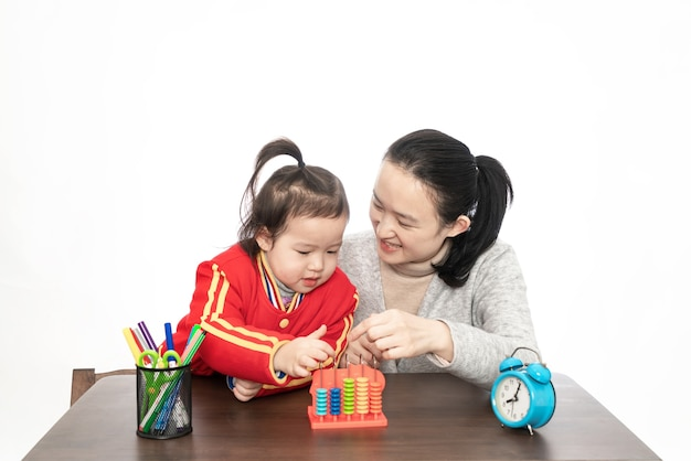 Молодая мама учит дочь арифметике