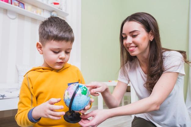 Giovane madre che insegna al figlio